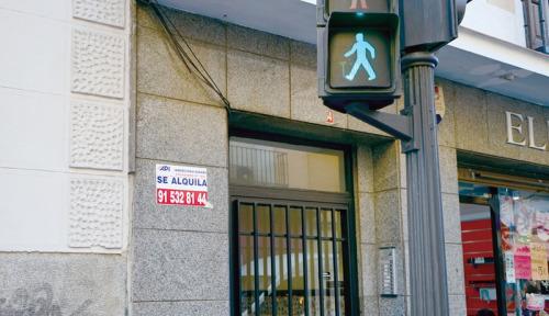 马德里市中心一处住宅楼门前,张贴着住宅招租广告。(欧洲时报/孔庆锐 摄)