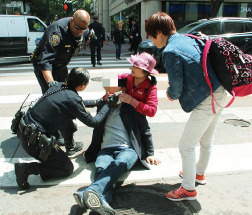 三名游客在金山闹市之中遇袭。(来源:美国《世界日报》记者李晗 摄 )