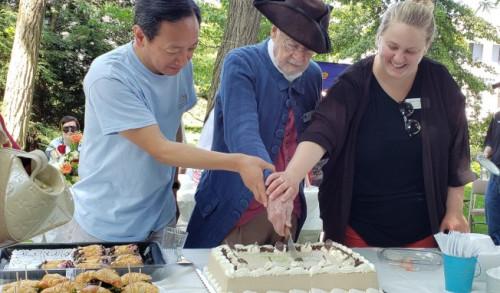王华( 左)与勒星顿历史协会前董事会主席Bill Poole (中)、主任Erica Dumont(右) 合切感谢CAAL义工蛋糕。(图片来源:美国《世界日报》唐嘉丽/摄)