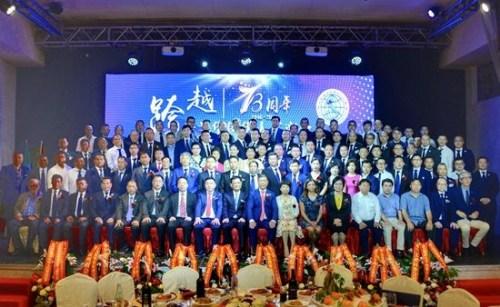 列席庆典举动的指导战米兰华裔华野生商会第十一届理事会会少团开影。(图片滥觞:欧联社 赵建斌/摄)