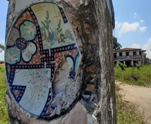 柱子揭有特征瓷砖,至古虽已破坏,但非稀有。(马去西亚《星洲日报》/陈文强 摄)