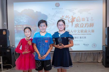 青少年组第一名王浩丞(中),第二名伍佳葳(左)和第三名马可心(右)