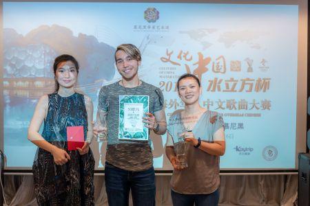 成人组第一名李亚德(中),第二名钟晓(右)和第三名褚格格(左)