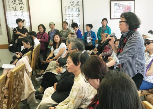 参加会议的郑玛莉(右面站立者)及许多华裔踊跃发言,分享心情。(图片来源:美国《世界日报》记者李秀兰 摄)