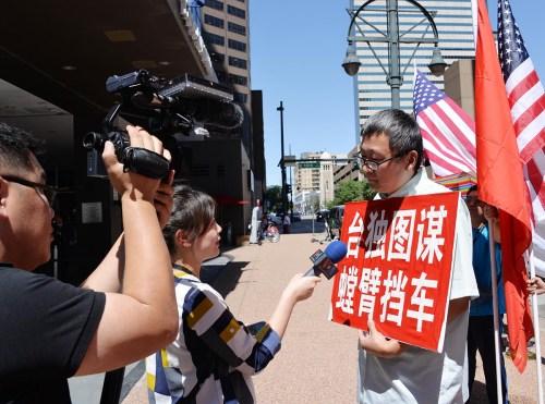 一位示威者在接受新闻媒体的采访。