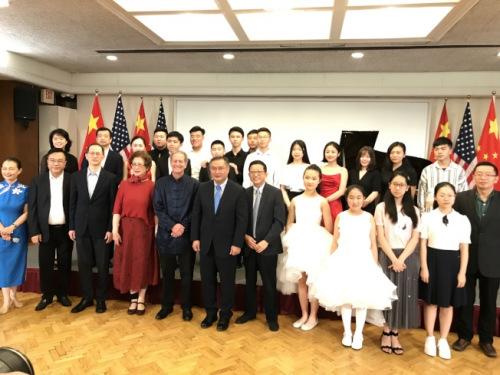 驻洛杉矶总领馆总领事张平(前左六)与参加活动的小钢琴家及嘉宾合影。(美国《世界日报》记者启铬 摄)
