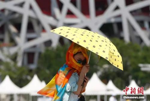 7月4日,游客撑伞游览北京奥林匹克公园。当日北京局地气温突破40℃大关。<a target='_blank' href='http://www.chinanews.com/'>中新社</a>记者 富田 摄