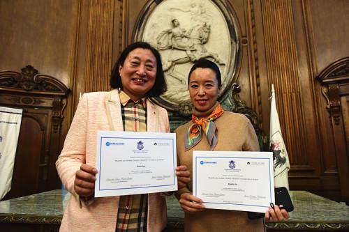 阿根廷妇女儿童联合会会长陈静和阿中文化交流使者都晓琳。(来源:阿根廷华人网 柳军 摄)
