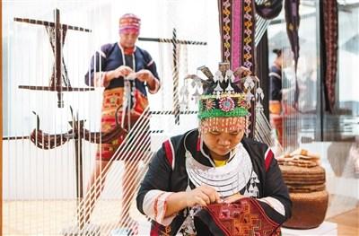 非遗传承人王亚菊在省加拿大28精准大小算法博展示黎族刺绣。本报记者 宋国强 摄