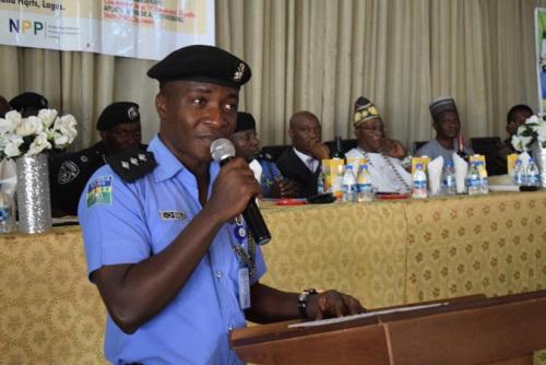 拉各斯州警察局公共关系主任DSP Bala Elkana讲话