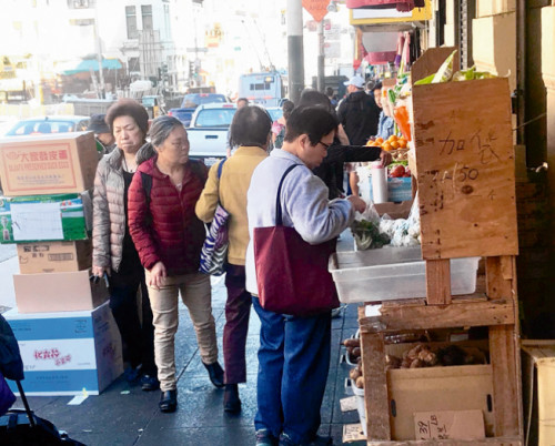 按照工务拘墟定,请到止人性摆卖商品答应证的商户只能正在店门心2英尺内摆摊。(《天下日报》/黄少华 摄)