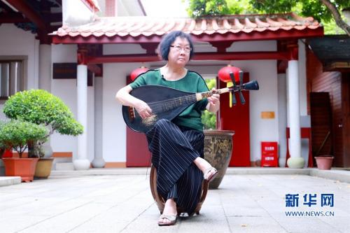 苏诗咏在弹琵琶。新华网 王雄 摄
