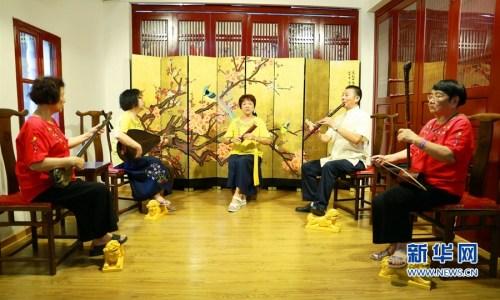 梅花馆是活跃在泉州地区南音艺坛的一个群众艺术结社,现有馆员20余人,大多数是退休人员。新华网 王雄 摄
