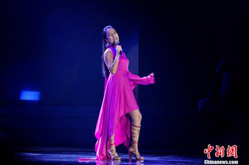 歌手吉克隽逸演唱《彩色的黑》。<a target='_blank' href='http://www.chinanews.com/' >中新网</a>记者 李霈韵 摄