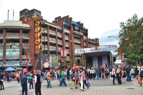 图:华埠节现场设置舞台及大屏幕,用作表演及放映电影。(冯瑞熊)