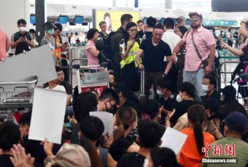 8月13日下午,大批示威者以机场手推车等堵塞香港国际机场1号客运大楼旅客登机行段及保安闸门。 <a target='_blank' href='http://www.chinanews.com/'>中新社</a>记者 麦尚旻 摄