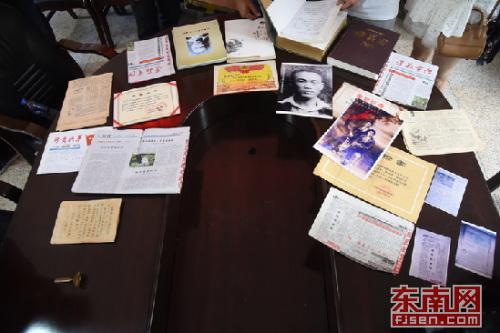 张旭明捐赠的与父亲有关的侨史资料。 张梦帆 摄