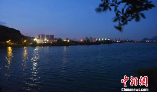资料图:夜幕下的东湖湿地公园湖面,风景秀丽。 叶茂 摄