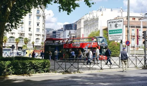 马德里普拉多博物馆附近的马德里城市观光巴士(Madrid City Tour)。(《欧洲时报》/刘欣 摄)