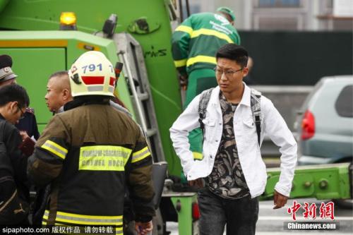 当地时间8月18日,俄罗斯莫斯科,一辆旅游大巴在莫斯科东部撞到路灯。据初步消息,车上载有32名中国公民。据悉,车上约有15名乘客受伤。图片来源:Sipaphoto版权作品 禁止转载