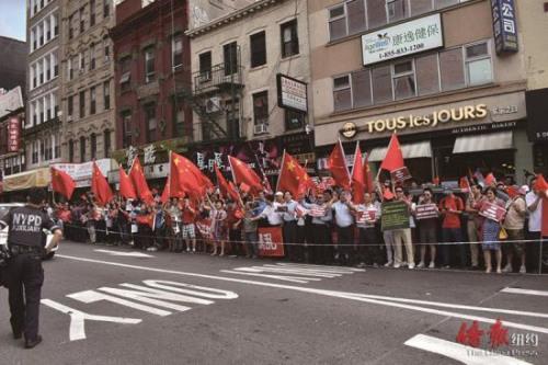 反对港独、支持一�w国两制的队伍声势浩大。(来源:纽约《侨报》尹英姿 摄)