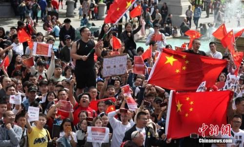 图为华人华侨、留学生自发聚集的队伍现场一角。<a target='_blank' href='http://www.chinanews.com/'>中新社</a>记者 张平 摄