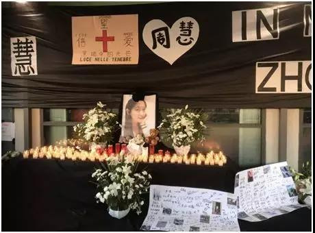 11日晚,遇害华人女孩的追思会在她的酒吧前举办。(《欧洲时报》记者夏晓彤摄)