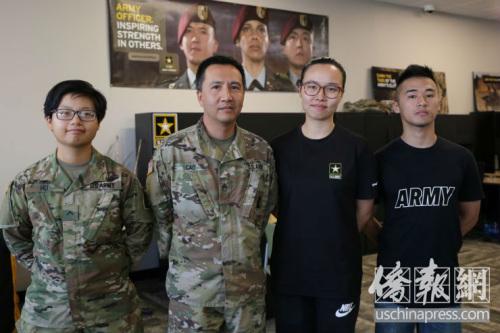 华裔军人在记者会上一起合影。侨报记者高睿摄