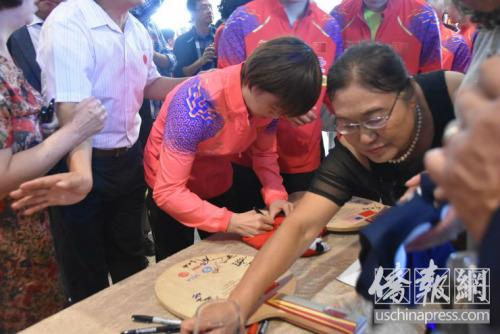 中国国家乒乓球队员签名。侨报记者李青蔚摄