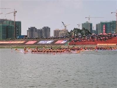 参赛队伍正在进行龙舟〓竞渡。