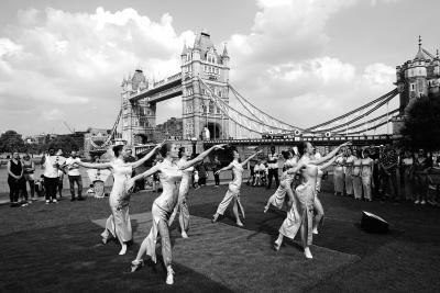 图为旗袍日活动上的旗袍舞蹈。林卫光摄/光明图片
