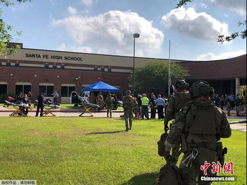 资料图:2018年5月18日,美国得州圣达菲高中发生枪击事件。