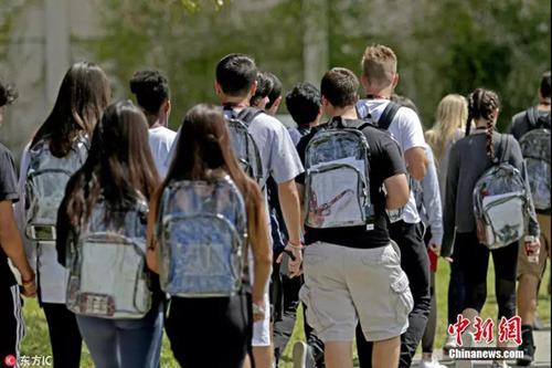 资料图:2018年2月,美国佛罗里达州帕克兰市一高中发生枪击案后,学生被要求背透明书包上学。