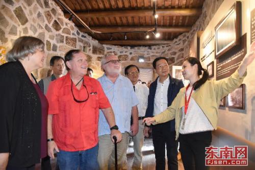 2018年10月,穆言灵、加里·加德纳和李·加德纳参观加德纳纪念馆。
