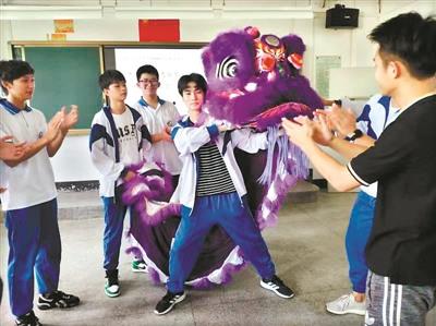 学生们在学习醒狮的相关知识
