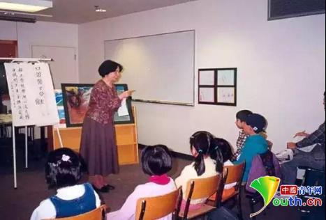 叶嘉莹在温哥华为幼儿讲古诗。南开大学供图