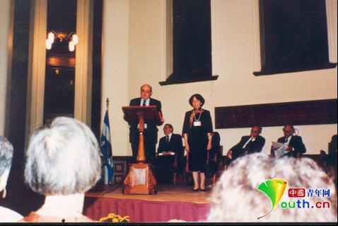 1990年叶嘉莹当选加拿大皇家学会院士,接受颁发证书。南开大学供图