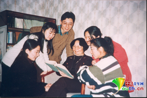 这是叶嘉莹1999年在南开大学与研究生讨论的照片,2019年教师节,南开大学为叶嘉莹颁发终身成就奖。南开大学供图