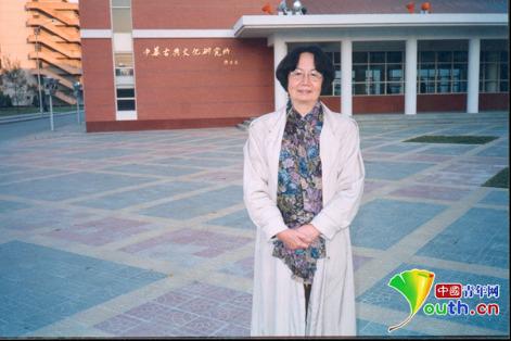 1999年叶嘉莹在她筹建的中华古典文化研究所大楼前留影,2019年是她归国从教40周年。南开大学供图