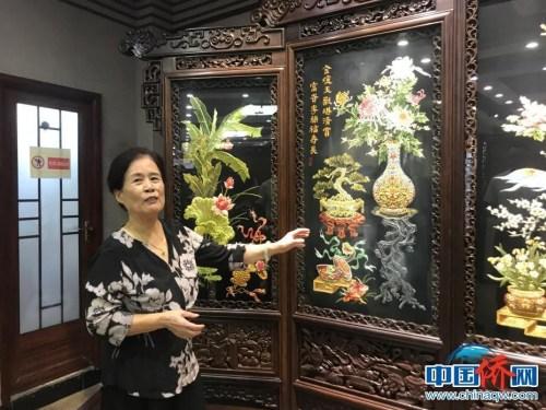 潮绣大师康惠芳介绍潮绣作品。