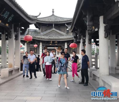 采风团一行参观潮州广济桥。