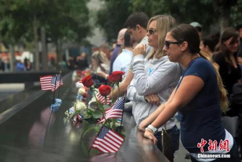 """民众聚集在""""9·11""""事件纪念碑。(资料图)"""