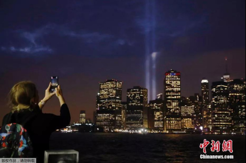 """美国纽约的""""纪念之光""""照亮了曼哈顿天空。(资料图)"""