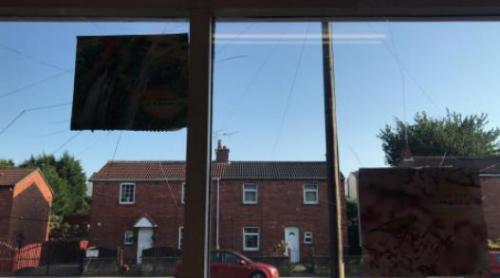 从店内看窗中可睹明晰的打击陈迹。