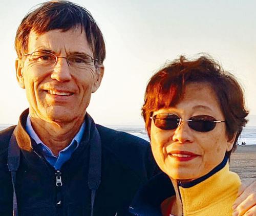 图为遭结合航空请求分开飞机的女事主区净斯及其丈妇温特耶斯。(好国《星岛日报》)