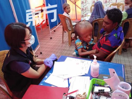 颜好燕正在孟减推办事本地人供给医疗办事。(马去西亚《西方日报》/曾钲勤 摄)