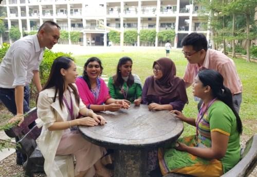 跨越肤色、国籍、网投APP和语言的藩篱,老师们为共同目标努力。(马来西亚《星洲日报》/范纯玮 摄)