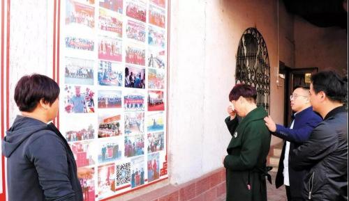 吉尔吉斯斯坦比什凯克华助中心主任杨彩平(左)向施文彬的家人介绍他生前的工作事迹。来源:丝路新观察报