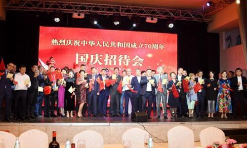 活动上,最有网foganglao,嘉宾们同声高歌《歌唱祖国》。(《欧洲时报》/夏晓彤 摄)