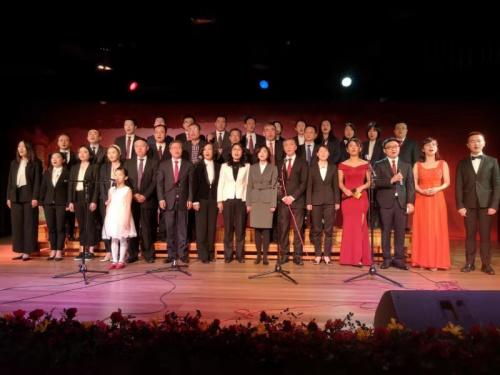 大使馆、秘鲁中资企业协会联合�婢侔斓那旃�庆70周年歌咏比赛